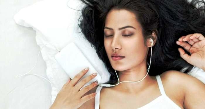 Ketahui Bahaya Tidur Sambil Mendengarkan Musik Menggunakan Earphone